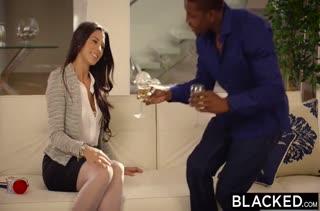 После романтического ужина девка решается опробовать черный хер