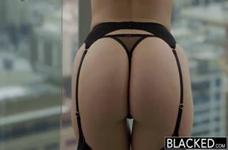 Ava Dalush крепко схватилась за черный болтец #1
