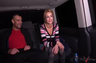 Пьяная девочка зажигает с мужиком на заднем сидении