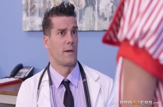 Гламурная Tia Cyrus возбудила доктора на порно #2