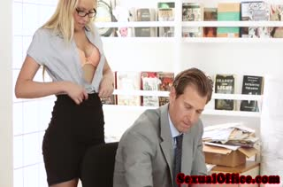Красивая блондиночка в очках охотно встала перед коллегой раком #2