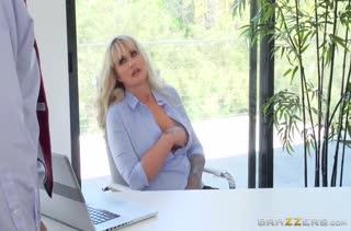 Зрелая давалка сношается в офисе посреди рабочего дня #1