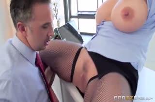 Зрелая давалка сношается в офисе посреди рабочего дня #2