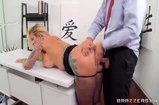 Зрелая давалка сношается в офисе посреди рабочего дня #5