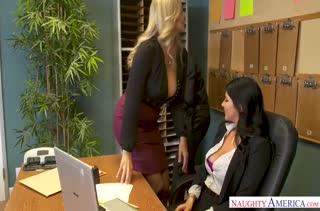 Две сиськастые коллеги соблазняют чувака в офисе #1