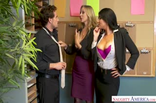 Две сиськастые коллеги соблазняют чувака в офисе #2