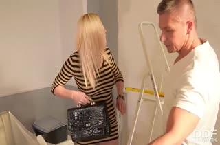 Блондинка готова расплатиться с мужиком натурой #2