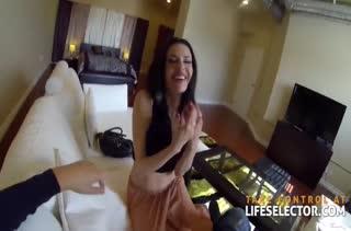 Чувак с камерой снимает порно с похотливой брюнеточкой #1
