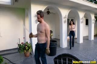 Пока муж не видит его секси женушку пялит сосед во дворе #1