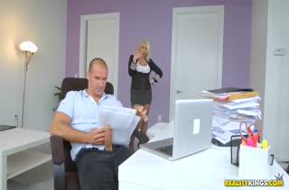 Зрелая сучка соблазнила коллегу на работе #1