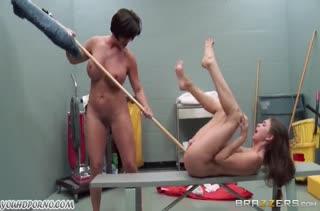 Зрелая грудастая лесбиянка издевается над молодой чикой #3