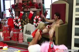 Красавица Phoenix Marie испытала жесткий новогодний секс #5