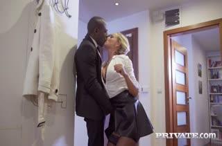 Блондинка Victoria Pure соблазнила на секс черного водителя