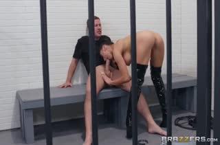 Развратная надзирательница издевается над зэком в камере #3