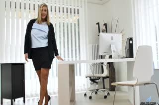 Пухлая блондинка старательно мастурбирует в офисе #1