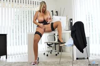 Пухлая блондинка старательно мастурбирует в офисе #6